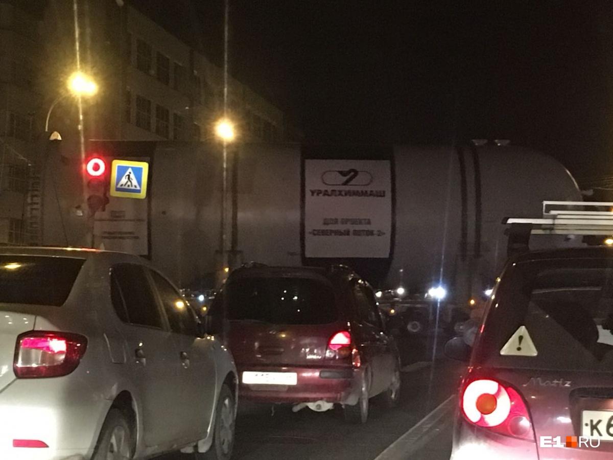 На пересечении улиц Серафимы Дерябиной — Шаумяна автомобилисты простояли около 20 минут