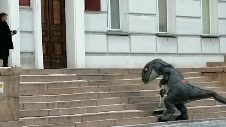 Курганец в свой день рождения в костюме динозавра подмёл крыльцо областного правительства