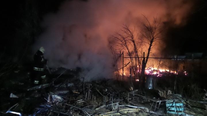 Пламя было видно за несколько километров: под Екатеринбургом сгорели дома в коллективных садах