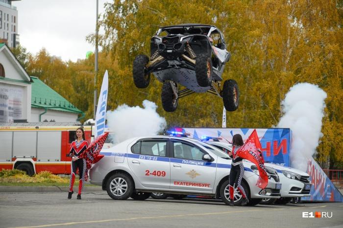 Третий прыжок: Сергей Карякин перепрыгнул две машины ГИБДД