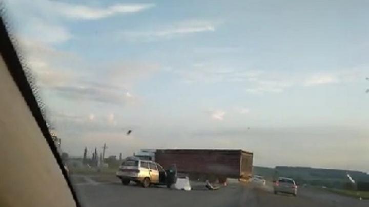 На трассе в Башкирии отечественная легковушка протаранила фуру