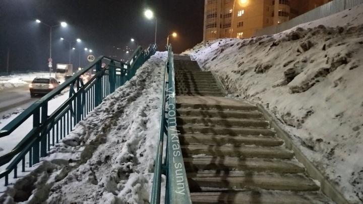 «Вспоминается доступная среда»: на лестнице рабочие перестали чистить дорожку для колясок