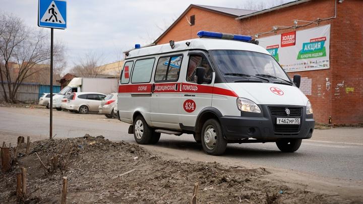 В Омске водитель ВАЗа врезался в деревья и погиб. Медики подозревают, что он умер до ДТП