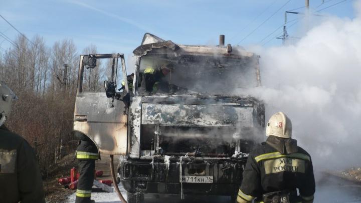 В Ярославле в промзоне сгорел грузовик