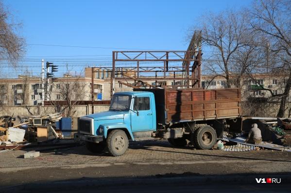 «Волгоградзеленхоз» помогает мэрии вычищать признанный незаконным малый бизнес