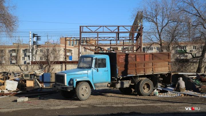 «Унитаз тоже убрали»: в центре Волгограда снесли многолетнюю шиномонтажку