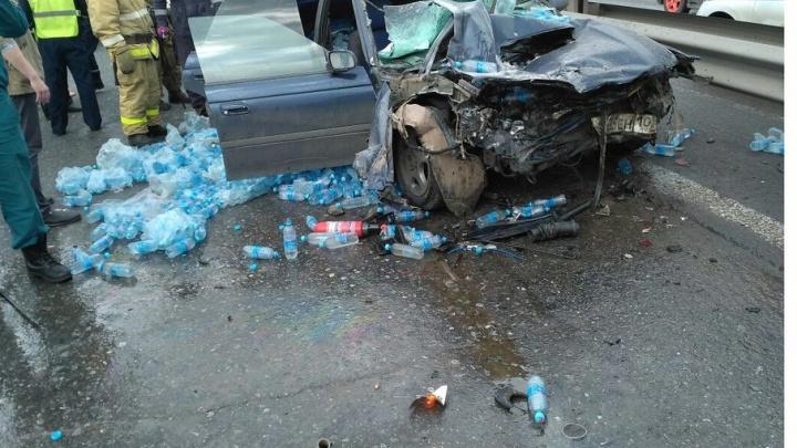 Страшная авария в Уфе: иномарка влетела в грузовик