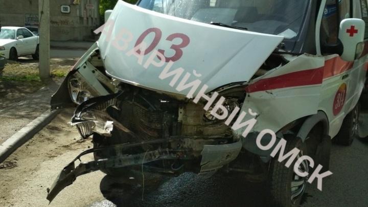 Машина омского кардиодиспансера попала в аварию — её не пропустил водитель на «Тойоте»