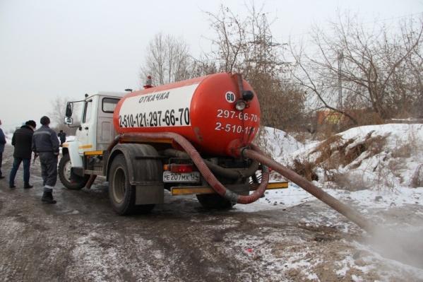 Ассенизаторы вынуждены сливать отходы в городскую канализацию, рискуя лишиться машины и денег