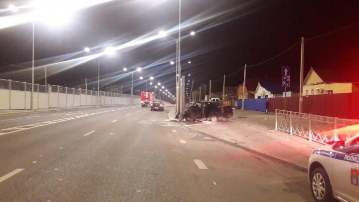 В Волгограде иномарку смяло в гармошку после удара о дорожные щиты