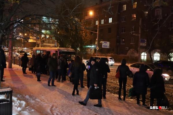 Горожане вынуждены подолгу стоять на остановке в ожидании автобуса