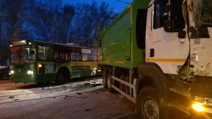 Троллейбус столкнулся с грузовиком на проспекте Дзержинского