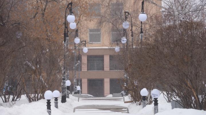 Как на взлетно-посадочной полосе: в сквере за Оперным установили десятки фонарей