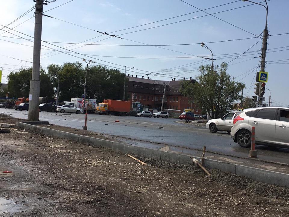 Детали машин разлетелись по перекрестку