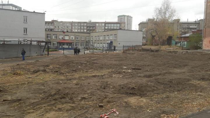 У лицея на Советской снесли бетонный забор