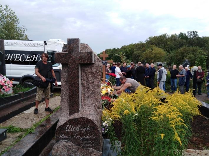 Мать певца похоронили рядом с могилой его отца