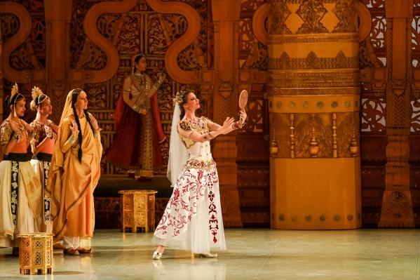 В основе сюжета спектакля — история любви храмовой танцовщицы Никии и знатного воина Солора