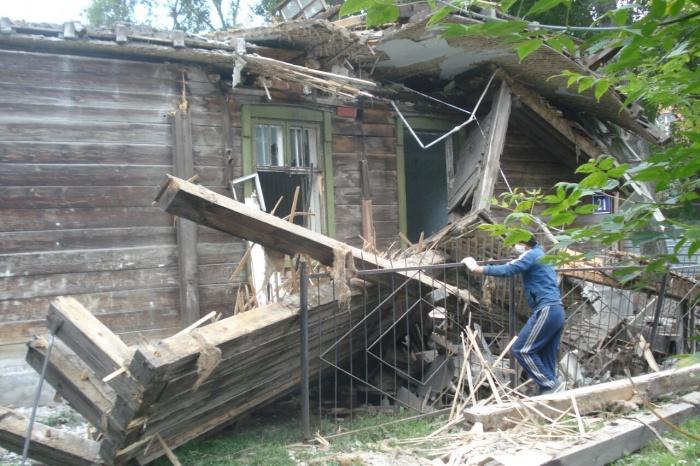 Части дома упали и сломали металлический забор соседей