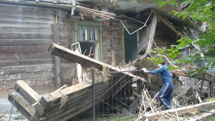 Пришли и уничтожили: рабочие разломали скандальный барак на Костычева