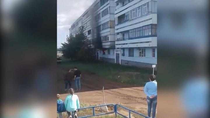 Эвакуировали 15 человек: пожар в Башкирии попал на видео