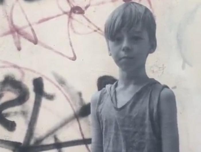 Художник нарисовал мальчика в том же районе, где встретил его год назад