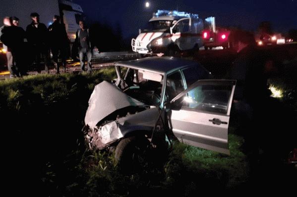 Легковушку в аварии покорежило до такой степени, что водителя пришлось вызволять спасателям