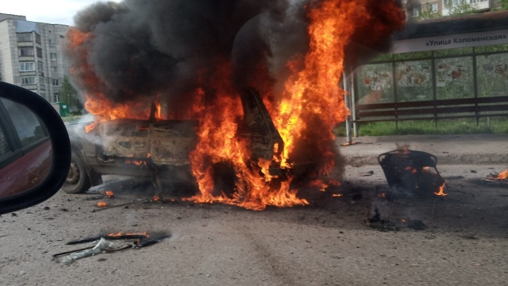 Отъехал от АГЗС и взорвался: в Перми возле автобусной остановки сгорела «Нива»