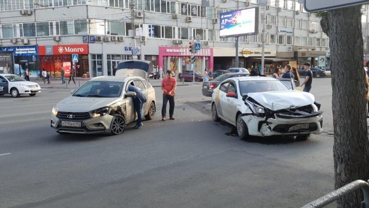 В центре Новосибирска столкнулись такси и легковушка: пострадали два человека