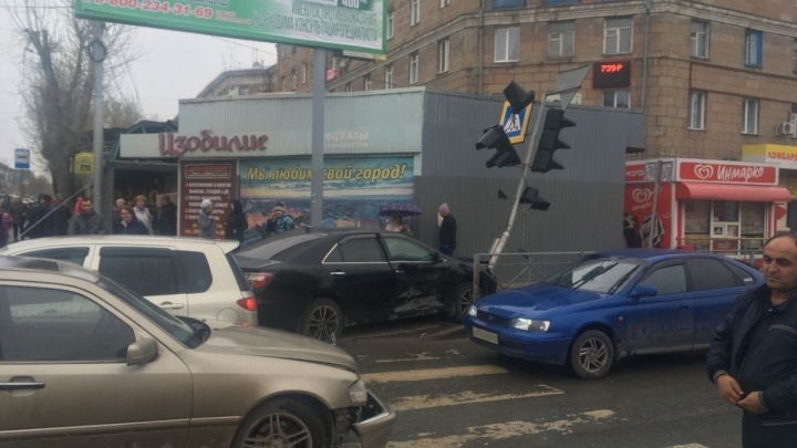 В СМЭУ рассказали, когда отремонтируют сбитый светофор возле администрации Дзержинского района