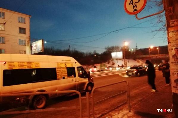 Одна из аварий произошла напротив остановки общественного транспорта