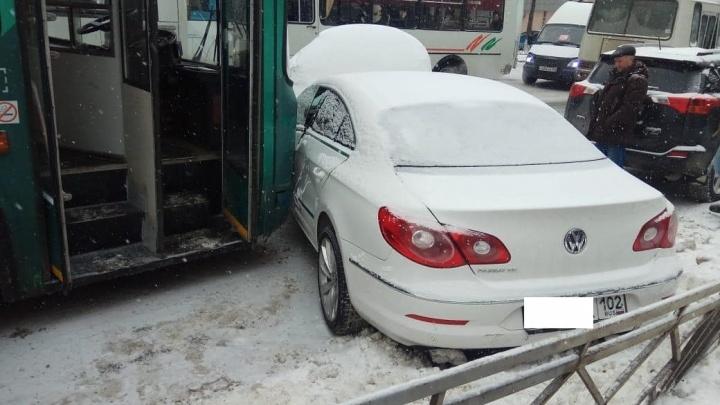 Два человека пострадали в массовой аварии с троллейбусом в Уфе