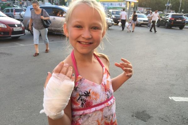 8-летняяВика Вдовиченко после обработки укуса в травмпункте
