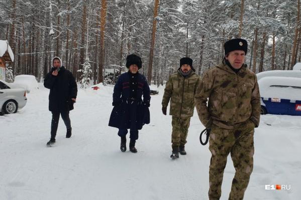 На базу отдыха приехали два-три десятка людей в казачьей форме