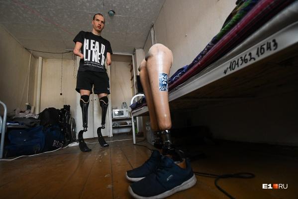 Михаил Асташов живет в маленькой комнате общежития Лесотехнического университета и готовится к Паралимпийским играм