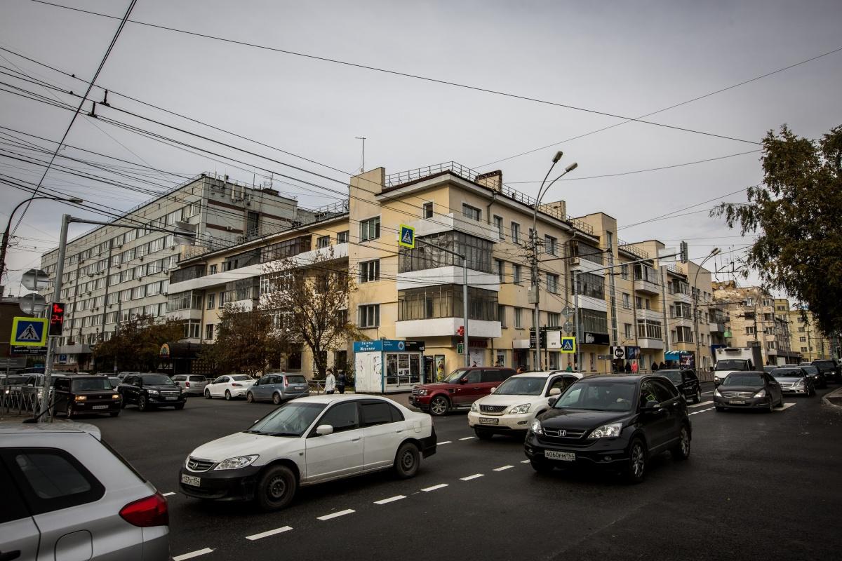 Парадная часть комплекса тянется целый квартал — от Фрунзе до Державина