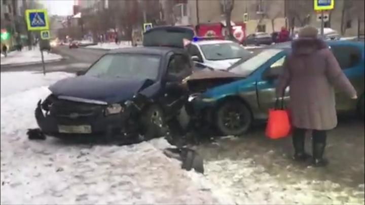 На Котовского автомобилистка без прав устроила аварию, в которой пострадали два ребенка
