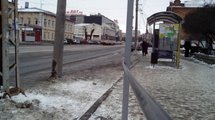 Напрягает: челябинцев встревожил провод, свисающий со столба на остановку в центре города