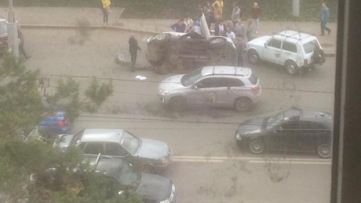 В Уфе на улице Комсомольской перевернулся автомобиль с детьми