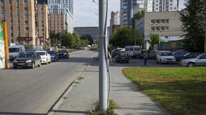 В Екатеринбурге отремонтируют тротуар в районе Центрального стадиона
