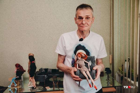 Сергей Золотарев отправляет мебель для кукол собственного производства по всему миру