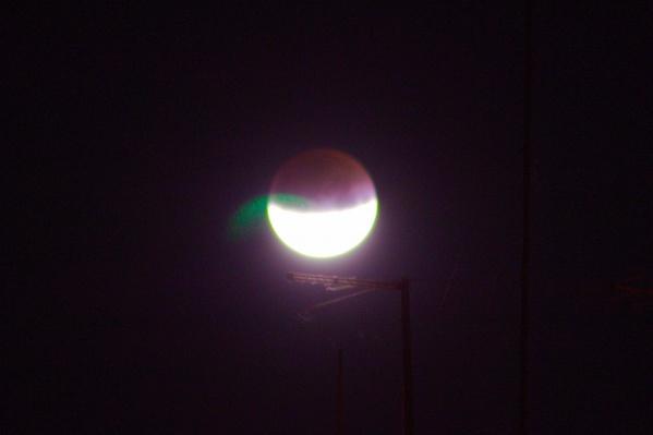 Огромный лунный диск спрятался наполовину