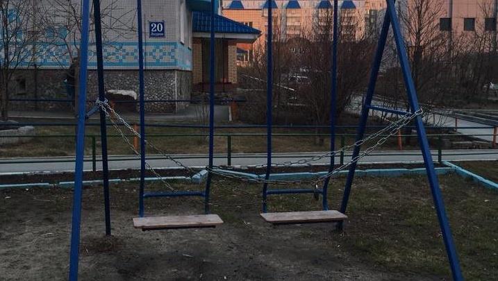 Фото: качели на детской площадке в Новосибирске заковали в цепи и закрыли на замок