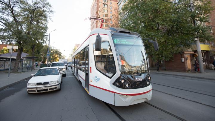 В Ростове ежедневно эвакуируют 50 машин за парковку на трамвайных путях. Сколько заплатят водители?