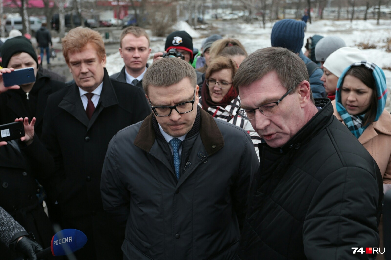 Глава Курчатовского района Сергей Антипов, показал главе региона, что будет со сквером