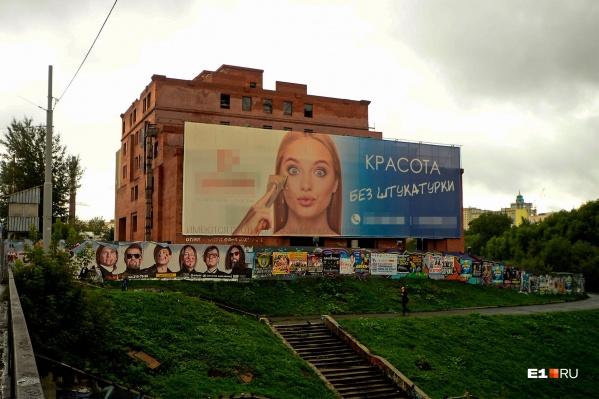 Огромное недостроенное здание гостиницы «Дели» сейчас используется как рекламный щит