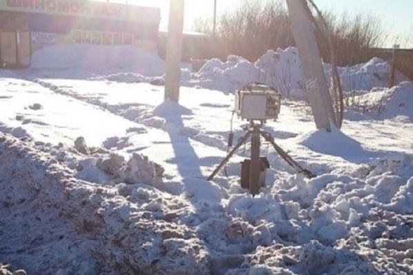 Мужчину, пнувшего радар, заставили оплатить повреждения устройства