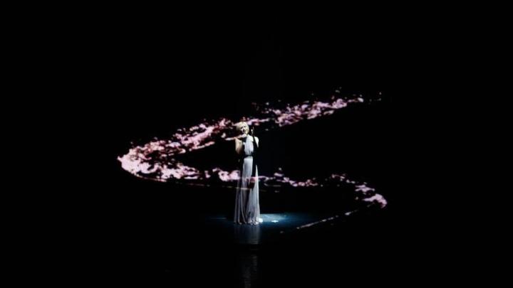 Полина Гагарина удивила красноярцев необычным световым шоу и живым исполнением
