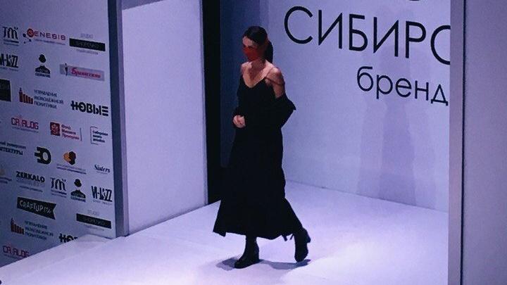 Модельер из Красноярска представила коллекцию одежды «Чёрное небо» с платками на лице
