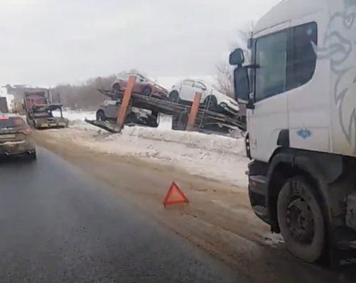 Дорогая авария: на трассе М-5 в Самарской области вылетел в кювет автовоз
