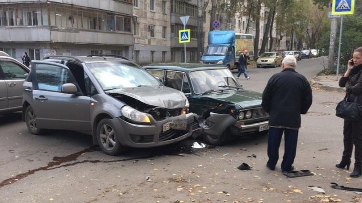 Оторвало бампер: в Самаре на Средне-Садовой — Свободы не разъехались две легковушки